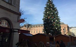 Strasbourg: Oui, le grand sapin de Noël penche... et alors?