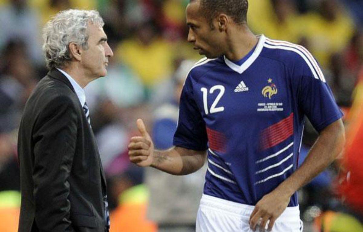 Raymond Domenech et Thierry Henry à Bloemfontein, le 22 juin 2010.  – SIPA