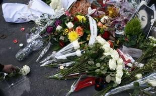 Des bouquets de fleurs en hommage aux victimes des attentats du 13-Novembre devant le Bataclan, le 13 novembre 2017.