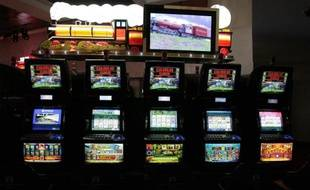 """Deux gros gains - 3,5 millions et 314.000 euros - ont été enregistrés vendredi soir en moins de quatre heures sur des machines à sous des casinos de Royan et d'Aix-les-Bains, ont annoncé samedi les organisateurs du """"Magic Jackpot""""."""