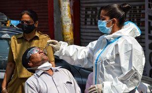 Un test PCR réalisé par une infirmière à Jammu & Kashmir, en Inde, le 22 mai 2021 (Illustration)