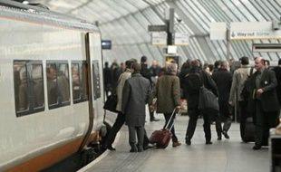 L'Eurostar a fait ses adieux solennels à la gare londonienne de Waterloo mardi soir, à la veille de l'ouverture du terminal ultra-moderne de Saint-Pancras qui doit accueillir ses premiers trains à grande vitesse mercredi matin, malgré la grève des transports en France.