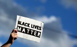 Un manifestant à Leipzig en Allemagne avec une pancarte Black live matters.