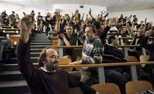 La grève des professeurs a commencé lundi dans certaines universités où les cours n'ont pas eu lieu et une coordination nationale a appelé à manifester les 5 et 10 février, alors que l'Unef pousse les étudiants à rejoindre la mobilisation des enseignants-chercheurs.