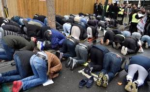 Depuis près de neuf mois, des fidèles musulmans prient illégalement tous les vendredis dans une rue de Clichy, ici le 10 novembre 2017.
