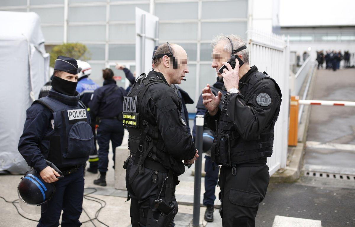 Des officiers du Raid sécurisent l'enceinte de l'aéroport d'Orly, samedi 18 mars 2017.  – BENJAMIN CREMEL / AFP
