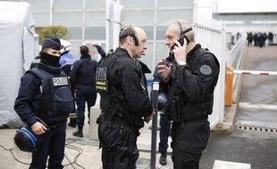 Des officiers du Raid sécurisent l'enceinte de l'aéroport d'Orly, samedi 18 mars 2017.