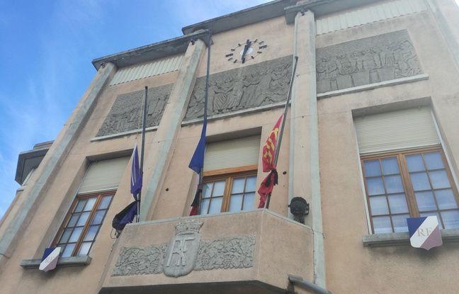 Les drapeaux en berne de la mairie de Trèbes.