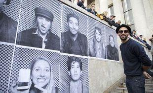 Le 06 novembre 2013. L'artiste JR investit le parvis du Palais de Tokyo du 6 au 8 novembre en collant les portraits des nombreux visiteurs qui souhaitent participer a l'oeuvre monumentale éphèmere.