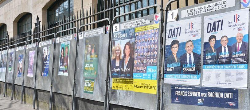 Affiches municipales à Paris.