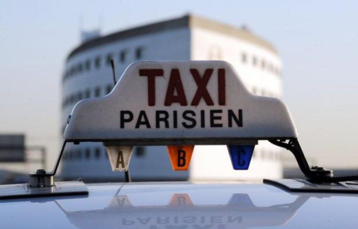 """""""Bonjour, votre chauffeur est arrivé"""". Le client est ainsi averti par sms de l'arrivée d'un taxi collectif qui doit le déposer dans une gare ou un aéroport parisien, une formule de transport attractive en période de crise et à l'heure de la flambée des prix du carburant. – Lionel Bonaventure afp.com"""