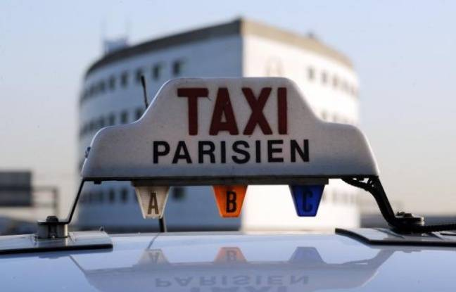 """""""Bonjour, votre chauffeur est arrivé"""". Le client est ainsi averti par sms de l'arrivée d'un taxi collectif qui doit le déposer dans une gare ou un aéroport parisien, une formule de transport attractive en période de crise et à l'heure de la flambée des prix du carburant."""