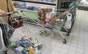 Une personne fait ses courses dans un supermarché.