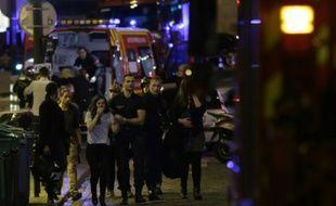 Des personnes évacuées après une attaque au Bataclan qui a fait au moins 15 morts à Paris, le 13 novembre 2015