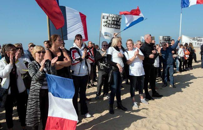 Des personnes participant à une manifestation ant-migrants organisée par le collectif «Les Calaisiens en colère», à Calais le 4 octobre 2015