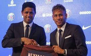 Le Qatari Nasser Al-Khelaifi, président du PSG, accueille Neymar à Paris, le 4 août 2017.