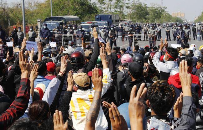 648x415 manifestants protestent devant route bloquee police anti emeutes mandalay deuxieme ville birmanie