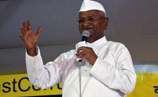 """Il fut porté aux nues par des millions d'Indiens qui voyaient en lui un nouveau Gandhi capable de mettre fin au fléau de la corruption. Mais un an après avoir ébranlé le pouvoir et promis """"la révolution"""", Anna Hazare, militant de 75 ans, ne fait plus recette."""