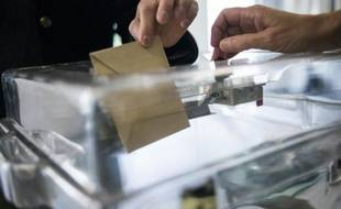 Un électeur dépose son bulletin dans l'urne le 25 mai 2014 à Saint-Cloud
