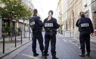 Des policiers français devant la synagogue Nazareth à Paris le 7 octobre 2012
