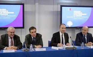 Les trois anciens Premier ministres, Jean-Pierre Raffarin (g), Francois Fillon (2e g) et Alain Juppé (d) qui s'apprêtent à prendre la succession provisoire de Jean-François Copé (2e d), le 18 décembre 2013 à Paris