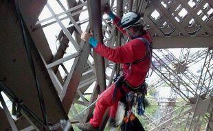 Un militant de Greenpeace se suspend dans une tente au 2e étage de la Tour Eiffel, samedi 26 octobre 2013.