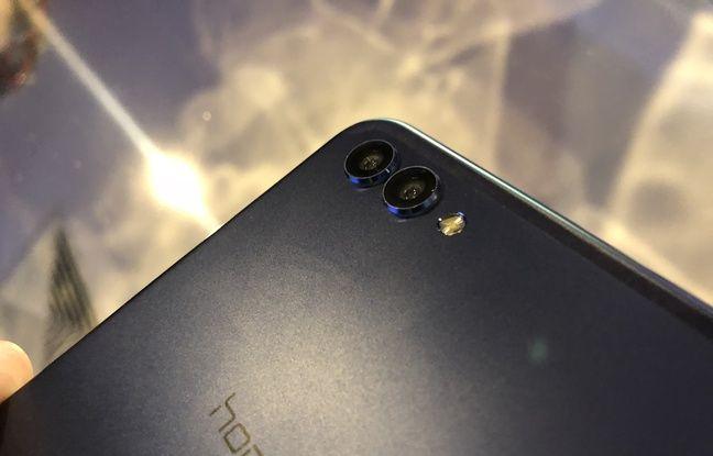 Le V10 affiche un double capteur photo de 20 et 16 mégapixels.