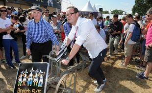 Le directeur des Vieilles Charrues Jérôme Tréhorel tire une charrue lors de l'édition 2015 du festival.