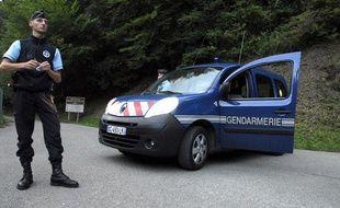 Des gendarmes à Chevaline (Haute-Savoie), à proximité du parking où ont quatre personnes ont été tuées le 5 septembre 2012.