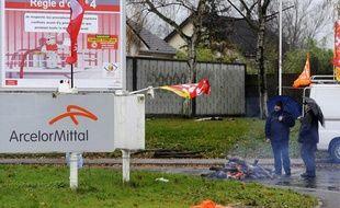 Des ouvriers bloquent l'usine ArcelorMittal de Florange, en Moselle, en décembre 2011