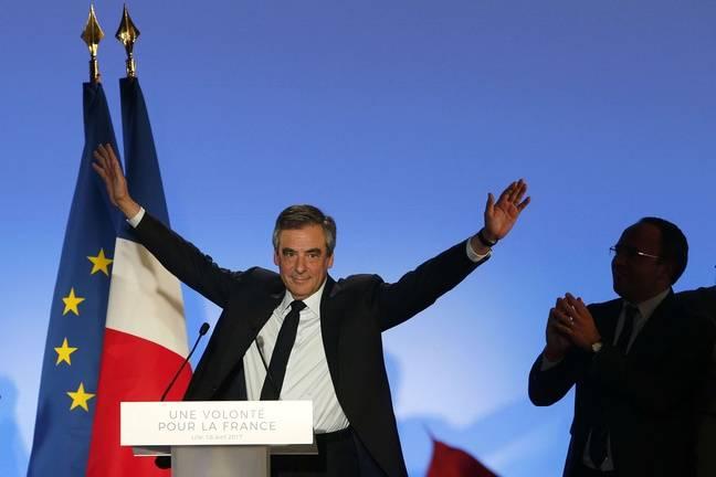 François Fillon associe drapeaux européen et français pour ses meetings, ici le 18 avril à Lille.