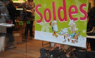 Des soldes dans un magasins de chaussures. Illustrations.