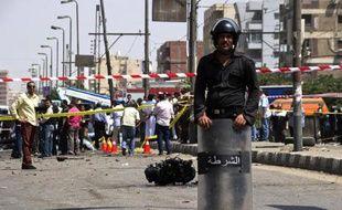 Un attentat à la voiture piégée a visé jeudi un bâtiment de la police égyptienne près d'Ismaïliya sur le canal de Suez, tuant un policier et en blessant 35, ont rapporté à l'AFP des sources au sein des services de sécurité.