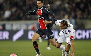 Javier Pastore, l'attaquant international argentin du Paris SG, blessé vendredi à la cuisse gauche contre Sablé en 16e de finale de Coupe de France (4-0), souffre d'une déchirure et sera indisponible un mois, a indiqué samedi une source au club.
