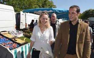 Joris Hebrard (d), candidat FN aux municipales du Pontet, dans le Vaucluse, aux côtés de la députée FN Marion Maréchal-Le Pen (g), le 28 mai 2015 sur un marché de la ville