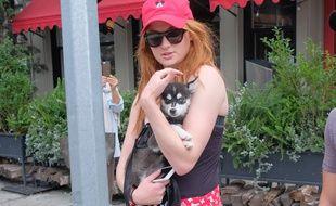 L'actrice Sophie Turner avec son chien dans les rues de Manhattan