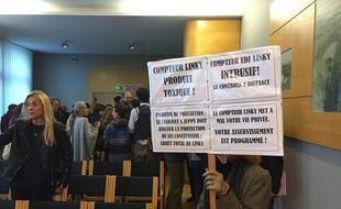 Certains sont venus équipés de leur pancarte contre le compteur Linky.
