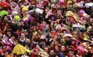 Dunkerque, le 2 mars 2014. Premier jour des trois joyeuses du carnaval avec la bande de Dunkerque qui dŽfile dans les rues du centre ville avant de participer au lancer de harengs depuis le balcon de l'hôtel de ville.