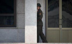Un soldat nord-coréen monte la garde à la frontière avec la Corée du Sud, le 14 mai 2014 à Panmunjeom