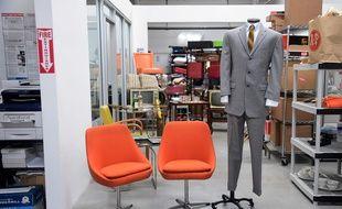 Un costume de Don Draper, le héros de «Mad Men», et deux chaises qui figuraient dans le décor de la série vendus aux enchères en juin 2016.