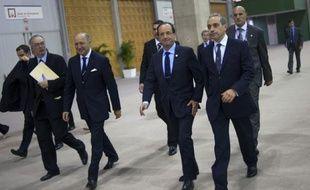 La protection de François Hollande a été constamment assurée par des hommes armés pendant son déplacement au sommet de Rio, contrairement à ce qu'affirme le Canard enchaîné dans son édition de mercredi, a affirmé la porte-parole du gouvernement.