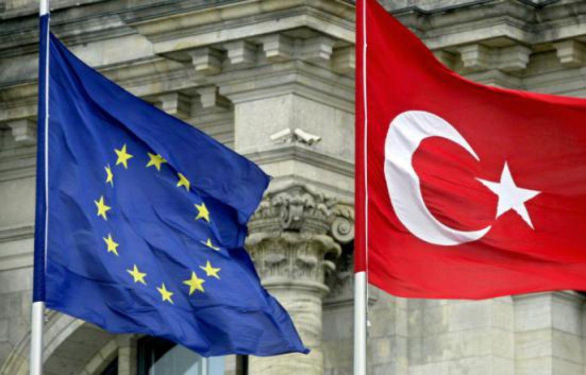 Drapeaux de l'UE et de la Turquie, à Berlin, le 16 juin 2004 – MICHAEL KAPPELER DDP