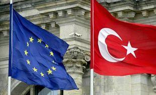 Drapeaux de l'UE et de la Turquie, à Berlin, le 16 juin 2004