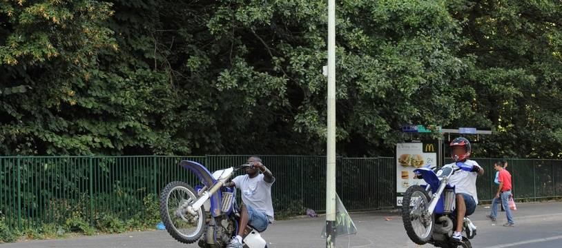 Un rodéo urbain à moto. Illustration.