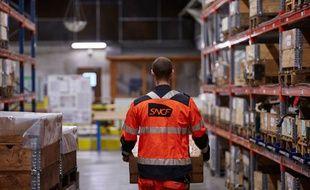 Un agent SNCF en service dans un entrepôt.
