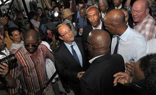 François Hollande est accueilli par les socialistes martiniquais à sa descente d'avion à Fort-de-France, le 15 janvier 2012.