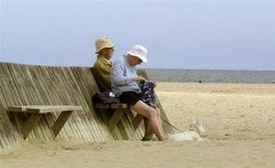"""Les Français se sentent plus heureux entre 65 et 70 ans qu'à la quarantaine ou plus jeunes, révèle l'Insee dans son """"portait social"""" annuel de la France, qui dresse par ailleurs un bilan de l'année 2007 : démographie, inégalités, chômage en baisse, inflation à la hausse."""