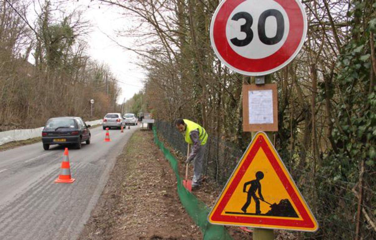Sur la route communale d'Ormoy-la-Rivière (Essonne), des bénévoles installent une bâche pour éviter aux crapauds de se faire écraser, le 10 mars 2012. – A.Chauvet - 20 Minutes