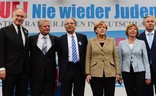 La chancelière allemande Angela Merkel entourée de nombreux officiels allemands et du président du Congrès juif mondial Ronald S. Lauder (2e G), sur l'estrade lors de la manifestation contre l'antisémitisme à Berlin, le 14 septembre 2014De G à D: