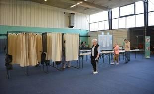 On se presse plus que prévu dans les bureaux de vote aujourd'hui.